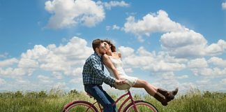 couple-romance-bike